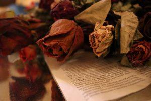 机の上にはドライフラワーの花束が。